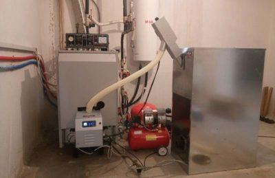 Μία αρκετά εύκολη μετατροπή του μαντεμένιου λέβητα της εταιρείας THERMOSTAHL χάρη στον Ιταλικό καυστήρα πελλετ Bmix Digital 35kw που έχει φλογοσωλήνα μόλις φ 10. 4 εκατοστά και έτσι δεν χρειάζεται καμία επέμβαση στην πόρτα. Το σύστημα θα καλύψει τις θερμαντικές ανάγκες κατοικίας 140τμ στα Κουφάλια Θεσσαλονίκης. «Η εύχρηστη οθόνη αφής με όλες τις ενδείξεις στην Ελληνική γλώσσα αλλα και σε συνδυασμό με την κεραμική αντίσταση που θέλει μόλις 90 δευτερόλεπτα για να κάνει την ανάφλεξή του πέλλετ.» Τοποθετήθηκε και δεξαμενή πελλετ 180 κιλών και επιπλέον σύστημα καθαρισμού με πεπιεσμένο αέρα από τον αθόρυβο αεροσυμπιεστή. Κάθε φορά που θα ανάβει και θα σβήνει ο καυστήρας μέσο του θερμοστάτη χώρου της οικίας. ο πεπιεσμένος αέρας σε πίεση 7 Bar θα διέρχεται στο χώρο καύσης και θα διώχνει την στάχτη που εγκλωβίζεται. Αυτό σημαίνει πως πάντα ο καυστήρας θα λειτουργεί σωστά και με υψηλή απόδοση αφού δεν υπάρχει περίπτωση να δημιουργηθεί κλίνκερ. Bmix Digital Τέλος ο καυστήρας βιομάζας Bmix Digital είναι μία από τις ελάχιστες επενδύσεις που μπορεί να αποσβεστεί σε μία σεζόν λειτουργίας. Προτέρημα η προσιτή τιμή του αλλά και η εύκολη προσαρμογή του στο είδη υπάρχων λέβητα πετρελαίου η και ξύλου είτε αυτός είναι μαντεμένιος είτε είναι χαλύβδινος. Αν ενδιαφέρεστε και εσείς για μετατροπή συμπληρώστε την παρακάτω φόρμα, και ένας τεχνικός μας θα επικοινωνήσει σύντομα μαζί σας. By Sales|Σεπτέμβριος 9th, 2015|Markup, News, Trends|0 Σχόλια Share This Story, Choose Your Platform! FacebookTwitterLinkedInRedditGoogle+TumblrPinterest About the Author: Sales Η εταιρεία ADTHERM -ADGREEN- πρωτοξεκίνησε το 1981 με αντικείμενο την εμπορία συστημάτων εξοικονόμησης ενέργειας όπως αντλίες θερμότητας για ψύξη – θέρμανση και παραγωγή ζεστού νερού. Συστήματα θέρμανσης που χρησιμοποιούν καύσιμα φιλικά προς το περιβάλλον όπως βιομάζα πελλετ, καλαμπόκι (maize), ηλιοθερμία, φυσικό αέρι Σχετικά Άρθρα Aliquam posuere magna eget nibh Aliquam posuere magna eget nibh Aliquam posuere magna eget nibh Σεπτέμβριος 